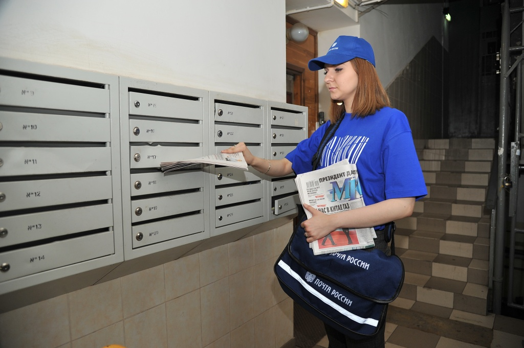 Почтальон доставляет почту в сломанный ящик и она теряется