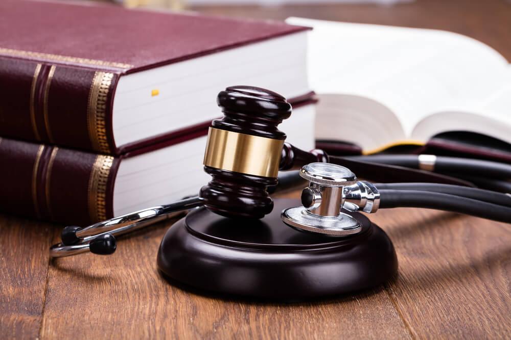 Как подать в суд на врача: правовые основы
