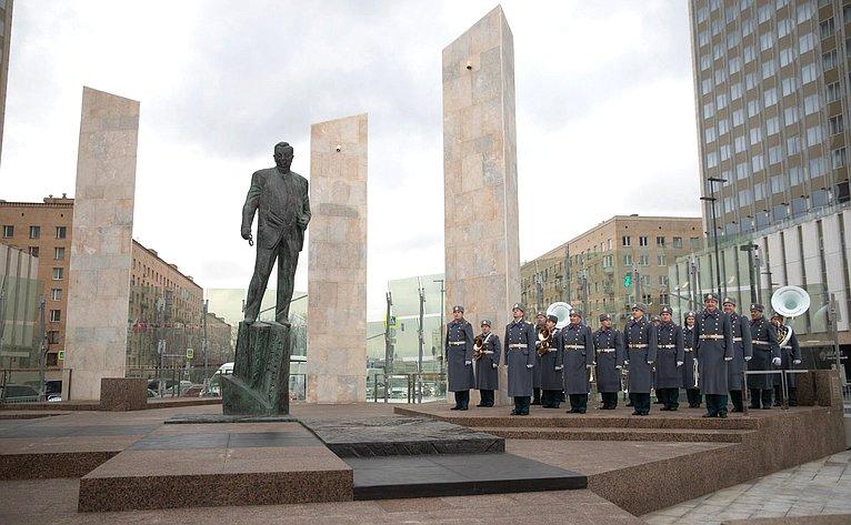 Памятник Евгению Примакову у МИДа